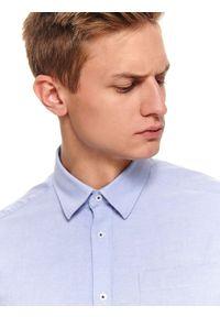 TOP SECRET - Koszula oxfordowa regularna. Okazja: na co dzień. Kolor: niebieski. Materiał: tkanina. Długość rękawa: długi rękaw. Długość: długie. Wzór: gładki. Sezon: zima, jesień. Styl: klasyczny, casual