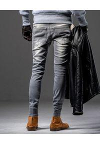 GUNS & TUXEDOS - Szare jeansy z przetarciami Wolf. Kolor: szary. Styl: elegancki