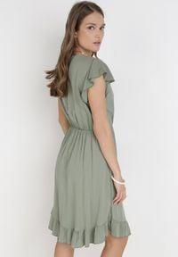 Born2be - Khaki Sukienka Vylnihr. Typ kołnierza: dekolt w kształcie V, kołnierz z falbankami. Kolor: brązowy. Materiał: tkanina, wiskoza. Długość rękawa: na ramiączkach. Sezon: lato. Typ sukienki: kopertowe