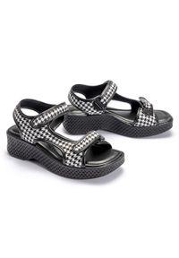 Czarne sandały Azaleia w paski, na rzepy