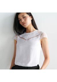 Biała bluzka Mohito w koronkowe wzory