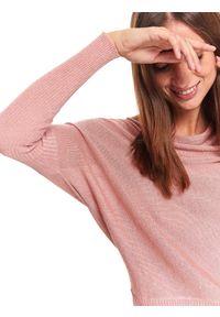 Różowy sweter TOP SECRET w kolorowe wzory, casualowy, na zimę