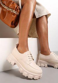 Renee - Beżowe Półbuty Jenyros. Wysokość cholewki: przed kostkę. Nosek buta: okrągły. Kolor: beżowy. Szerokość cholewki: normalna. Wzór: gładki, aplikacja. Obcas: na obcasie. Wysokość obcasa: średni