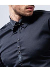GUNS & TUXEDOS - Czarna koszula z połyskiem Dandy 1. Typ kołnierza: kołnierzyk klasyczny. Kolor: czarny. Materiał: jeans, tkanina, bawełna. Styl: klasyczny