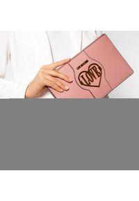 Różowa kopertówka Love Moschino skórzana