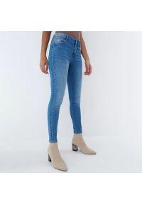 Mohito - Jeansy skinny Eco Aware - Niebieski. Kolor: niebieski. Materiał: jeans
