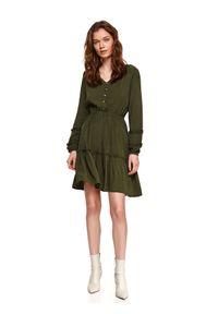 TOP SECRET - Sukienka z falbanką i gumką w pasie. Typ kołnierza: dekolt w serek. Kolor: zielony. Długość rękawa: długi rękaw. Wzór: aplikacja. Sezon: wiosna