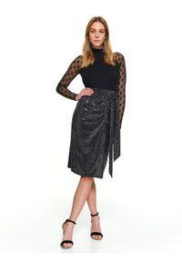 TOP SECRET - Błyszcząca spódnica z rozporkiem. Stan: podwyższony. Kolor: czarny. Materiał: tkanina. Sezon: zima. Styl: elegancki