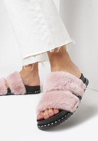 Born2be - Różowe Klapki Poreikaia. Okazja: na co dzień. Nosek buta: okrągły. Zapięcie: bez zapięcia. Kolor: różowy. Materiał: futro, materiał, guma. Styl: casual