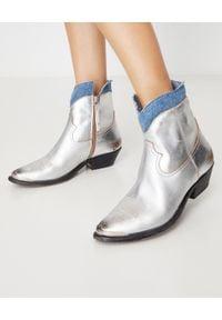 GOLDEN GOOSE - Srebrne kowbojki Young. Zapięcie: zamek. Kolor: srebrny. Materiał: jeans, lakier. Szerokość cholewki: normalna. Wzór: aplikacja. Obcas: na obcasie. Wysokość obcasa: niski