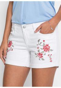 Białe jeansy bonprix z haftami, na lato