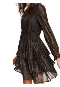 TOP SECRET - Sukienka z falbaną i gumką w pasie. Okazja: do pracy, na imprezę. Kolor: czarny. Materiał: materiał. Długość rękawa: długi rękaw. Sezon: zima. Styl: elegancki