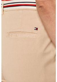 TOMMY HILFIGER - Tommy Hilfiger - Spodnie. Kolor: beżowy