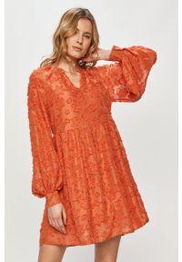 Vero Moda - Sukienka. Okazja: na co dzień. Kolor: pomarańczowy. Długość rękawa: długi rękaw. Typ sukienki: proste. Styl: casual