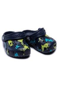 Crocs - Klapki CROCS - Classic Monster Print Clog T 206833 Navy. Kolor: niebieski. Wzór: nadruk