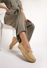 Renee - Ciemnobeżowe Mokasyny Hariklo. Okazja: na co dzień. Nosek buta: okrągły. Zapięcie: bez zapięcia. Kolor: beżowy. Wzór: aplikacja. Obcas: na płaskiej podeszwie. Styl: glamour, casual