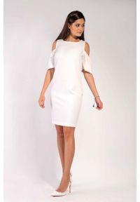 Nommo - Ecru Prosta Sukienka z Odkrytymi Ramionami. Materiał: wiskoza, poliester. Typ sukienki: proste, z odkrytymi ramionami