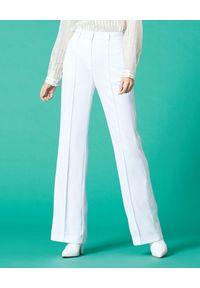 Manila Grace - MANILA GRACE - Białe spodnie z błyszczącymi lampasami. Okazja: na spotkanie biznesowe. Kolor: biały. Materiał: materiał. Długość: długie. Wzór: paski, aplikacja. Styl: klasyczny, biznesowy