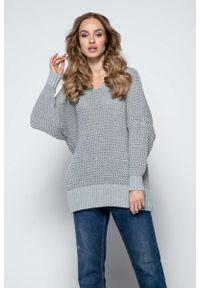 Fobya - Szary Oversizowy Sweter z Dekoltem V. Kolor: szary. Materiał: akryl, wełna