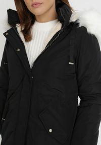 Born2be - Czarna Kurtka Lavendia. Kolor: czarny. Materiał: futro, materiał. Długość: długie. Sezon: zima
