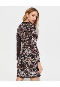 NEEDLE & THREAD - Czarna sukienka w kwiaty Elsie Ribbon. Kolor: czarny. Wzór: kwiaty. Styl: wizytowy, klasyczny. Długość: mini