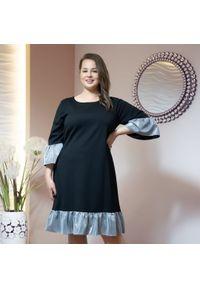 Czarna sukienka Moda Size Plus Iwanek oversize, z falbankami