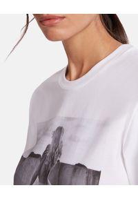 Wolford - WOLFORD - Biała koszulka WOLFORD x HELMUT NEWTON - EDYCJA LIMITOWANA. Kolor: biały. Materiał: bawełna. Wzór: nadruk, aplikacja. Sezon: lato