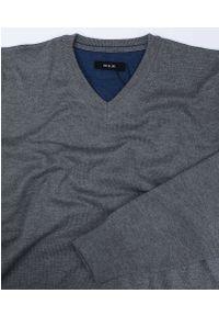Szary sweter MM Classic z dekoltem w serek, na co dzień