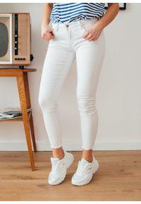 Białe spodnie Fanaberia.com