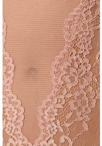 Różowe body Guess Jeans w koronkowe wzory