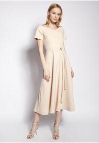 e-margeritka - Sukienka wizytowa midi z odkrytymi ramionami beżowa - 42. Kolor: beżowy. Materiał: tkanina, materiał, poliester. Długość rękawa: krótki rękaw. Typ sukienki: z odkrytymi ramionami. Styl: wizytowy. Długość: midi