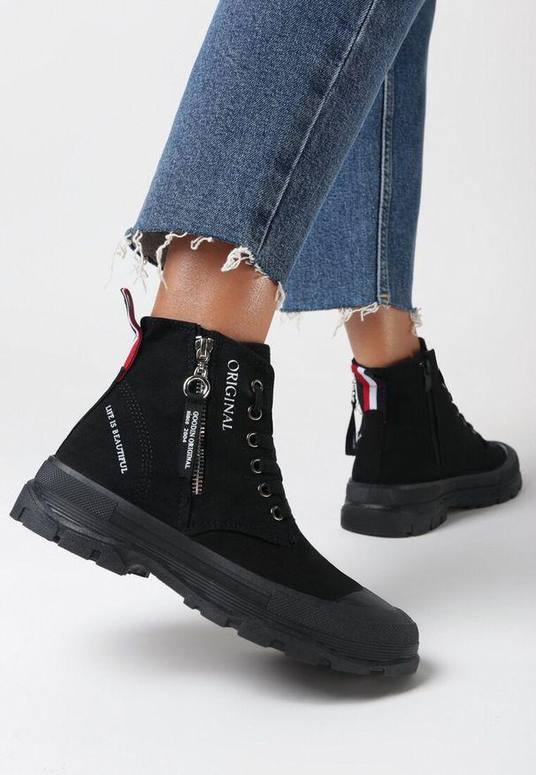 Born2be - Czarne Trampki Tara. Nosek buta: okrągły. Zapięcie: zamek. Kolor: czarny. Materiał: guma. Szerokość cholewki: normalna. Wzór: aplikacja, kolorowy. Styl: klasyczny