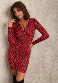 Renee - Czerwona Sukienka Lasthaleia. Kolor: czerwony. Materiał: dzianina. Długość rękawa: długi rękaw. Typ sukienki: kopertowe. Długość: mini