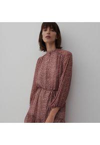 Reserved - Sukienka z mikroprintem - Różowy. Kolor: różowy