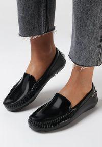 Born2be - Czarne Mokasyny Gil. Okazja: do pracy, na co dzień. Nosek buta: okrągły. Zapięcie: bez zapięcia. Kolor: czarny. Szerokość cholewki: normalna. Wzór: aplikacja. Wysokość cholewki: przed kostkę. Materiał: lakier. Styl: casual