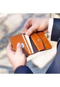 Solier - Skórzany cienki portfel męski z bilonówką SOLIER SW16 SLIM jasny brąz. Kolor: brązowy. Materiał: skóra