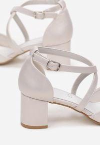 Renee - Białe Perłowe Sandały Brethalphia. Kolor: biały