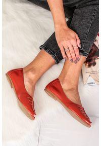 Czerwone baleriny Maciejka z otwartym noskiem, eleganckie, w kolorowe wzory