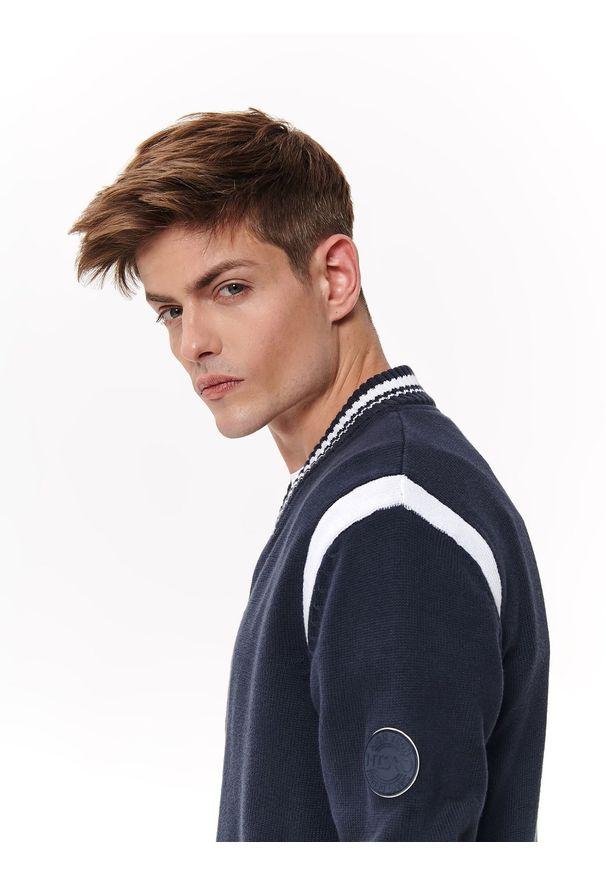 Niebieski sweter TOP SECRET w kolorowe wzory, casualowy, na lato, na co dzień