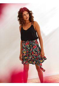 TOP SECRET - Spódnica mini z tropikalnym nadrukiem z falbaną. Kolor: czarny. Wzór: nadruk. Styl: wakacyjny