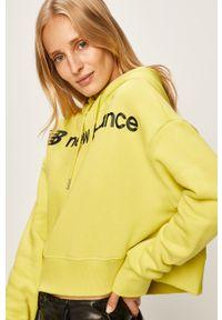 Żółta bluza New Balance z kapturem, w kolorowe wzory