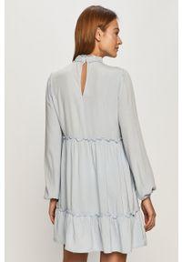Jacqueline de Yong - Sukienka. Kolor: niebieski. Materiał: tkanina. Długość rękawa: długi rękaw. Typ sukienki: rozkloszowane