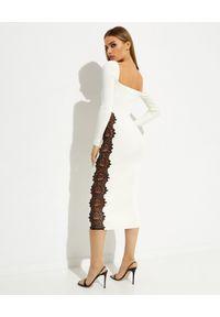 SELF PORTRAIT - Biała sukienka maxi z koronkowymi wstawkami. Typ kołnierza: dekolt kwadratowy. Kolor: czarny. Materiał: koronka. Długość rękawa: długi rękaw. Wzór: koronka. Długość: maxi