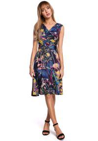 MOE - Rozkloszowana Sukienka w Kwiaty z Drapowaniem - Model 1. Materiał: poliester, elastan. Wzór: kwiaty