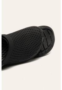 Czarne klapki Crocs z okrągłym noskiem, bez obcasa