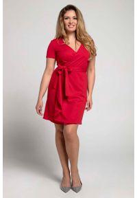 Nommo - Czerwona Kobieca Sukienka Kopertowa PLUS SIZE. Kolekcja: plus size. Kolor: czerwony. Materiał: wiskoza, poliester. Typ sukienki: kopertowe, dla puszystych