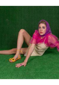 ELINA LINARDAKI - Żółte sandały I Create My Own Sunshine. Okazja: na plażę. Kolor: żółty. Materiał: materiał. Wzór: kwiaty. Sezon: lato