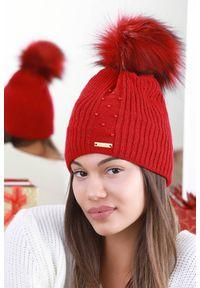 Czerwona czapka IVET elegancka