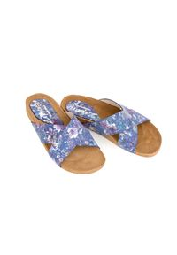 Zapato - klapki na korku - skóra naturalna - model 341 - kolor niebieskie kwiaty. Okazja: na imprezę, na co dzień. Kolor: niebieski. Materiał: skóra. Wzór: kwiaty. Sezon: lato, wiosna. Obcas: na płaskiej podeszwie. Styl: wakacyjny, klasyczny, casual