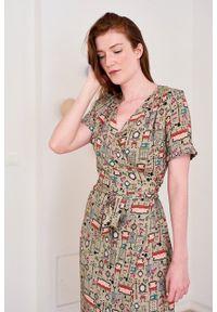 Marie Zélie - Sukienka Irmina Felya. Materiał: wiskoza, materiał, tkanina, skóra, poliester. Długość rękawa: krótki rękaw. Wzór: napisy. Typ sukienki: proste, kopertowe